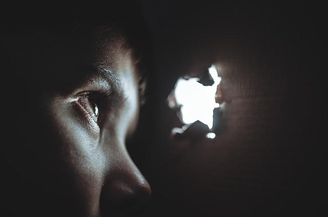 Microspie e telecamere nascoste: sono davvero una mossa furba?